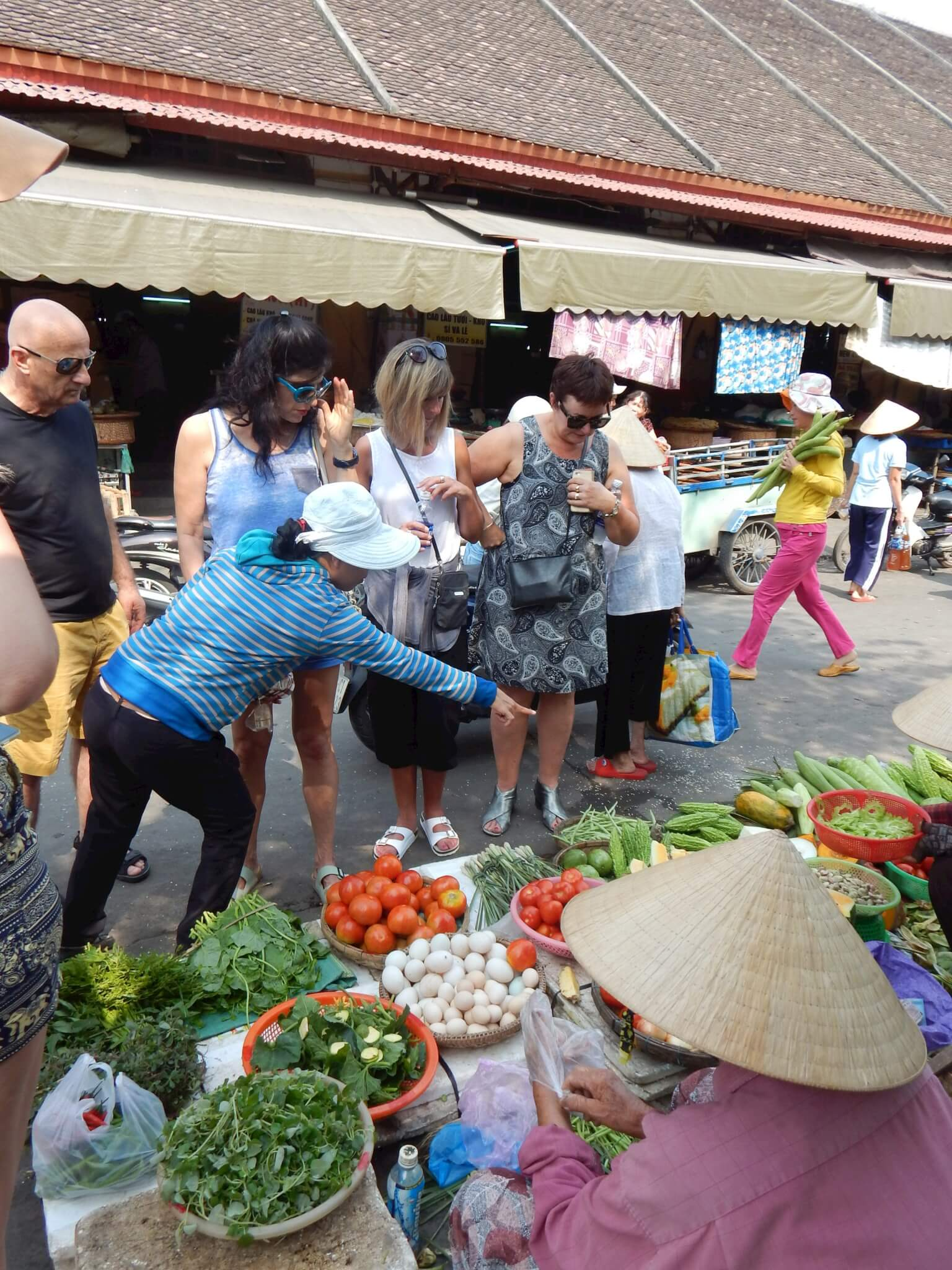 Tour group at Veitnamese Markets